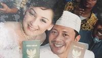 Momen pernikahan Mona Ratuliu dan Indra Brasco ketika memakai rancangan busana mendiang Robby Tumewu. (dok. Instagram @monaratuliu/https://www.instagram.com/p/BsmfNeJFXoW/Asnida Riani)