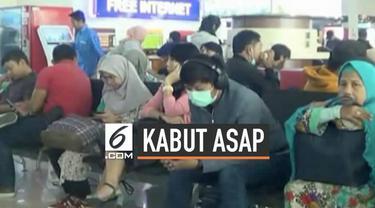 Kabut asap akibat kebakaran hutan dan lahan membuat aktivitas penerbangan di Bandara Sultan Syarif Kasim II, Pekanbaru, Riau terganggu dan terjadi penumpukan calon penumpang di ruang tunggu, Senin (23/9/2019).