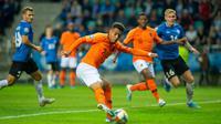 Striker Belanda, Donyell Malen, berusaha melepaskan tendangan saat melawan Estonia pada laga Kualifikasi Piala Eropa 2020 di Talinn, Estonia, Senin (9/9). Estonia kalah 0-4 dari Belanda. (AFP/Raigo Pajula)