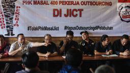 Serikat Pekerja PT Multi Terminal Indonesia memberikan pernyataan di Jakarta, Selasa (26/12). Dalam keterangannya mereka menolak PHK Massal pekerja Outsourcing di JICT dan meminta penghapusan Outsourcing di wilayah pelabuhan. (Liputan6.com/Faizal Fanani)
