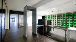 Mesin X-Ray untuk memeriksa pengunjung beserta barang bawaannya terlihat di pengadilan yang baru dibangun di Munich, Senin (5/9). Pembangunan pengadilan ini menghabiskan dana hingga 17 juta Euro, atau senilai Rp 248 miliar. (REUTERS/Michaela Rehle)