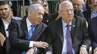 PM Israel Benjamin Netanyahu (kiri) dan Presiden Israel Reuven Rivlin (kanan) menghadiri upacara peringatan untuk mendiang presiden Shimon Peres, di pemakaman Mount Herzl di Yerusalem pada 19 September 2019. (GIl Cohen-Magen / AFP)