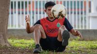 Firza Andika mengaku, bermain di bawah asuhan pelatih Shin Tae-yong di Timnas Indonesia dituntut kerja keras, disiplin, dan pantang menyerah. (Bola.com/Bagaskara Lazuardi)