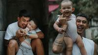 Potret Fandy Christian Momong Anaknya. (Sumber: Instagram.com/fandych)