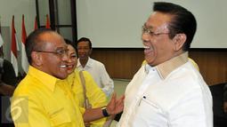Aburizal Bakrie (kiri) dan Agung Laksono saat menghadiri Rapat Pengurus Harian Partai Golkar di DPP Partai Golkar, Jakarta, Kamis (4/2/2016). Rapat pengurus ini adalah pertama kalinya setelah perselisihan antar dua kepemimpinan.(Liputan6.com/Johan Tallo)