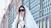 Syahrini kenakan hijab dan gamis selama berada di Tanah Suci (Foto: Instagram)