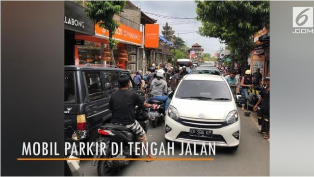 Sebuah mobil parkir di tengah jalanan Ubud, Bali. Kondisi ini membuat jalanan sekitar lokasi macet.