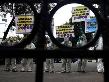 Sejumlah Aktivis Lingkungan menggunakan pakaian antiradiasi dan masker melakukan aksi protes pencemaran sungai Brantas di Kementerian Pekerjaan Umum dan Perumahan Rakyat, Jakarta, Jumat (19/1). (Liputan6.com/Johan Tallo)