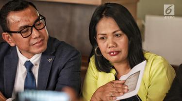 Artis Elly Sugigi beserta kuasa hukumnya, Arifin Harahap menunjukkan bukti transfer saat klarifikasi kasusnya dengan Tessa Mariska di Jakarta, Selasa (28/8). Menurut kuasa hukumnya, Elly sudah membayar utangnya kepada Tessa. (Liputan.com/Faizal Fanani)