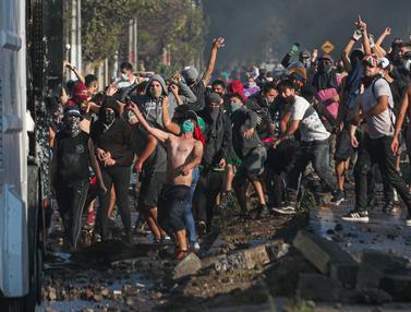 Warga Miskin Chile Bentrok di Tengah Lockdown Corona