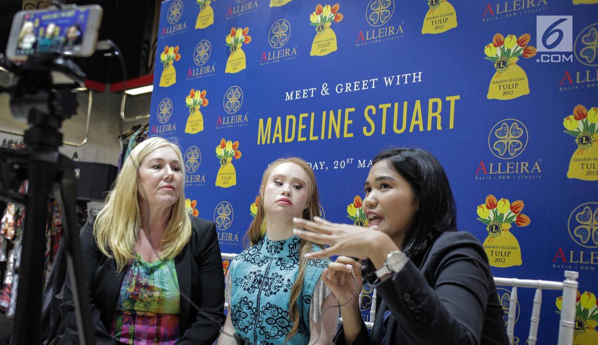 Model Madeline Stuart didampingi Ibunya Rosanne saat wawancara khusus oleh Liputan6.com di Alleira Batik Plaza Indonesia, Jakarta, Rabu (20/3). Madeline adalah model penderita down syndrome pertama asal Australia. (Liputan6.com/Faizal Fanani)