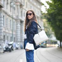 Padu padan kece ala street styler dengan frayed jeans. (Image: glamour.com)