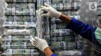 Petugas menata tumpukan uang di Cash Pooling Bank Mandiri, Jakarta, Rabu (20/1/2021). Realisasi M2 relatif stabil dibandingkan dengan pertumbuhan bulan sebelumnya sebesar 12,5 persen. (Liputan6.com/Johan Tallo)
