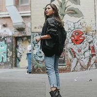 Tampil dengan look yang agak boyish, Mila mengenakan jaket hitam dan celana jeans yang dipadukan dengan sepatu berwarna hitam. (Liputan6.com/IG/@jscmila)