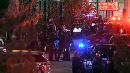 Petugas berjaga setelah pria bersenjata melepaskan tembakan ke Walmart di Thornton, Colorado, AS (/11). Polisi mengatakan dua pria telah meninggal dan satu wanita dibawa ke rumah sakit setelah penembakan tersebut. (John Leyba / The Denver Post via AP)