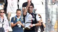 Striker Juventus, Cristiano Ronaldo, melakukan selebrasi usai membobol gawang SPAL pada laga Serie A di Stadion Allianz, Sabtu (28/9). Juventus menang 2-0 atas SPAL.  (AP/Alessandro Di Marco)