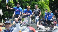 Sebagian pemain Arema FC diangkut jip terbuka untuk pawai juara Piala Presiden 2017, Selasa (14/3/2017) di Malang. (Bola.com/Iwan Setiawan)