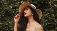 Dengan menggunakan topi pantai, digunakan sebagai salah satu aksesoris yang dapat menghalau terik matahari bagi Febby. Selain itu, dengan menggunakan topi juga ia terlihat makin stylish. (Liputan6.com/IG/febbyrastanty)
