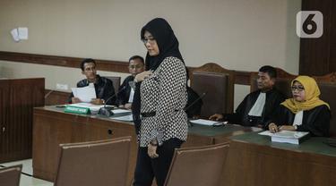 Tersangka dugaan suap pengurusan kuota dan izin impor bawang putih tahun 2019, Mirawati Basri bersiap menjalani sidang perdana di Pengadilan Tipikor, Jakarta, Selasa, (31/12/2019). Sidang beragendakan pembacaan dakwaan oleh JPU KPK. (Liputan6.com/Faizal Fanani)