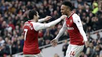Pemain Arsenal Henrikh Mkhitaryan dan Pierre-Emerick Aubameyang melakukan selebrasi usai mencetak gol ke gawang Watford pada laga Preimer League di Stadion Emirates, Minggu (11/3/2018). Arsenal menang 3-0 atas Watford. (AP/Matt Dunham)