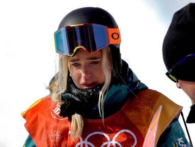 Atlet Snowboarding dari Australia, Emily Arthur mendapat perawatan setelah terjatuh dalam pertandingan semifinal halfpipe putri pada Olimpiade Musim Dingin 2018 di Pyeongchang, Korea Selatan, (13/2). (AP Photo / Gregory Bull)