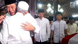Tangis Presiden ke-6 RI Susilo Bambang Yudhoyono (kiri) dan anaknya Agus Harimurti Yudhoyono serta Edhie Baskoro Yudhoyono saat berada di dekat peti jenazah Ani Yudhoyono di Puri Cikeas, Bogor, Jawa Barat, Minggu (2/6/2019). (Liputan6.com/Immanuel Antonius)
