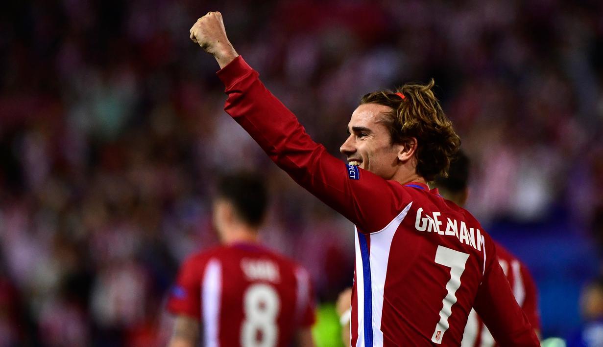 Pemain Atletico Madrid, Antoine Griezmann merayakan golnya pada leg pertama babak perempat final Liga Champions di Vicente Calderon, Kamis (13/4). Gol penalti Griezmann antar Atletico menang 1-0 atas Leicester City. (PIERRE-PHILIPPE MARCOU/AFP)
