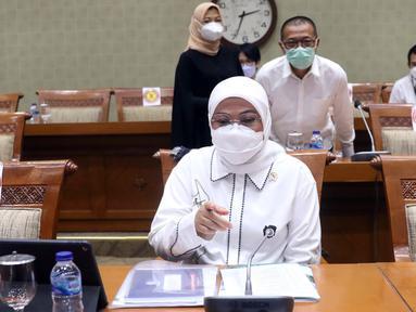 Menteri Ketenagakerjaan Ida Fauziah memberi pemaparan saat rapat kerja dengan Komisi IX DPR di Kompleks Parlemen, Jakarta, Selasa (9/2/2021). Rapat membahas kesiapan penyelenggaraan program sistem penempatan satu kanal (SPSK) pekerja migran Indonesia (PMI) ke Arab Saudi. (Liputan6.com/Angga Yuniar)