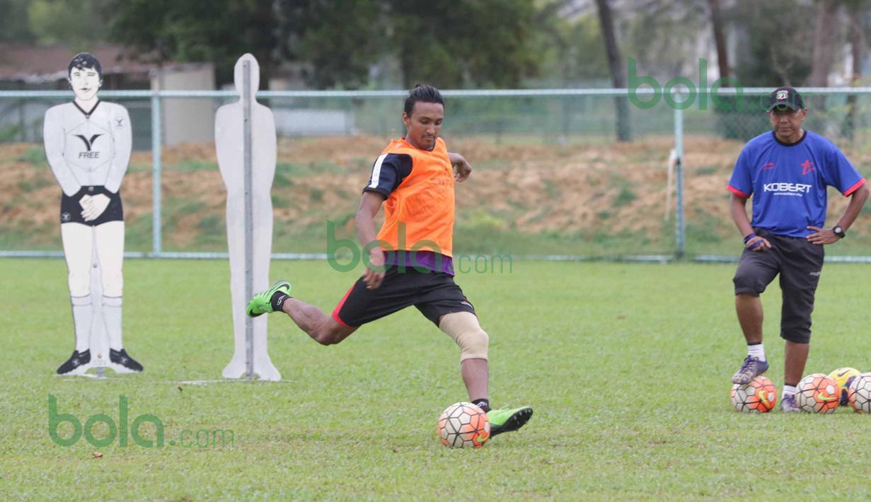 Rohit Chand melakukan tendangan penalti saat latihan di bawah pengawasan Rahmad Darmawan di Lapangan Gong Badak, Kuala Terengganu, Malaysia, Selasa (26/01/2016). (Bola.com/Nicklas Hanoatubun)