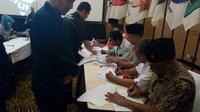 Perwakilan partai politik menandatangani berita acara penetapan anggota DPRD Kota Malang terpilih periode 2019 - 2024 (Liputan6.com/Zainul Arifin)