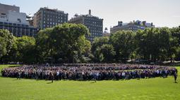 Ribuan orang berkumpul untuk membentuk simbol perdamaian raksasa di New York Central Park , Selasa (6/10). Kegiatan yang diprakarsai janda Lennon, Yoko Ono itu menandai ulang tahun John Lennon ke-75. (REUTERS/Mike Segar)