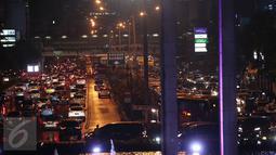 Sejumlah kendaraan terjebak kemacetan di kawasan Thamrin, Jakarta, Senin (18/4/2016). Akibat hujan mengguyur Jakarta hampir 2 jam, Lalu lintas Jalan Thamrin mengarah Sudirman macet mengular.(Liputan6.com/Faizal Fanani)