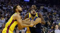Duo Golden State Warriors, Stephen Curry (kiri) dan Kevin Durant berebut bola dengan bintang Minnesota Timberwolves Karl-Anthony Towns (tengah) pada laga NBA di Oracle Arena, Kamis (25/1/2018) atau Jumat (26/1/2018) WIB. (AFP/Ezra Shaw)