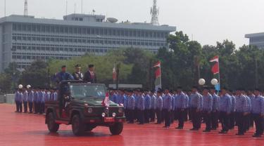 Naiki Mobil Jeep, Jokowi Cek Kesiapan Pasukan di HUT TNI