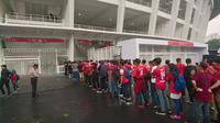 Suporter antre masuk Stadion Utama Gelora Bung Karno jelang laga Timnas Indonesia versus Islandia. (Bola.com/Muhammad Ivan Rida)