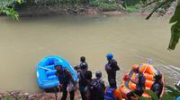 Jasad pria yang diemukan mengambang di pinggiran Sungai Ciliwung, Kecamatan Sukmajaya, Kota Depok, Selasa (1/6/2021). (Liputan6.com/Dicky Agung Prihanto)