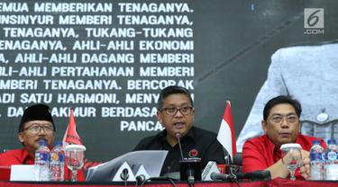 Sekjen PDI Perjuangan, Hasto Kristiyanto (tengah) menyampaikan keterangan di Jakarta, Rabu (18/7). Keterangan terkait daftar nama bacaleg yang diajukan PDIP ke KPU Pusat pada Selasa (17/7). (Liputan6.com/Helmi Fithriansyah)