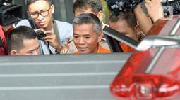 Komisioner KPU Wahyu Setiawan (rompi tahanan) bersiap naik mobil tahanan saat akan meninggalkan gedung KPK, Jakarta, Rabu (15/1/2020). Wahyu Setiawan diperiksa perdana usai ditetapkan sebagai tersangka terkait dugaan penerimaan suap penetapan anggota DPR terplih 2019-2020. (merdeka.com/Dwi Narwoko)