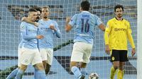 Pemain Manchester City, Phil Foden, melakukan selebrasi usai mencetak gol ke gawang Borussia Dortmund pada laga Liga Champions di Stadion Etihad, Rabu (7/4/2021). City menang dengan skor 2-1. (AP/Dave Thompson)