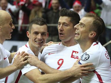 Para pemain Polandia merayakan gol yang dicetak oleh Robert Lewandowski ke gawang Montenegro pada laga Kualifikasi Piala Dunia 2018 di Stadion National, Warsawa, Minggu (8/10/2017). Polandia menang 4-2 atas  Montenegro. (AP/Czarek Sokolowski)