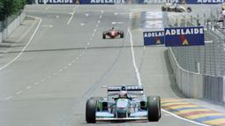 Sikap tidak sportif dari Schumacher di GP Adelaide, Asutralia pada tahun 1994, dimana saat itu Schumacher memotong jalur Damon Hill dan menyebabkan tabrakan diantara keduanya. Hal ini dilakukan oleh Schumacher untuk melindungi keunggulan satu poinnya dari Hill. (Foto: AFP/Toshifumi Kitamura)