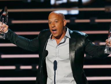"""Aktor Vin Diesel menerima penghargaan untuk aksi film favorit dan film Favorit dalam """"Furious 7"""" di People's Choice Awards 2016, Los Angeles (6/1/2016). Vin menilai penghargaan yang didapat tidak lepas dari rekannya Paul Walker. (REUTERS/Mario Anzuoni)"""