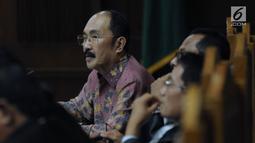 Terdakwa perkara merintangi penyidikan KPK pada kasus korupsi e-KTP, Fredrich Yunadi bersama penasehat hukumnya saat mengikuti sidang lanjutan di Pengadilan Tipikor, Jakarta, Kamis (17/5). (Liputan6.com/Helmi Fithriansyah)