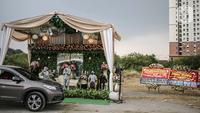 """Suasana resepsi pernikahan secara """"drive thru"""" di Bekasi, Jawa Barat, Sabtu (8/8/2020). Resepsi pernikahan secara drive thru menjadi alternatif pesta pernikahan guna mencegah penyebaran wabah COVID-19. (Liputan6.com/Faizal Fanani)"""