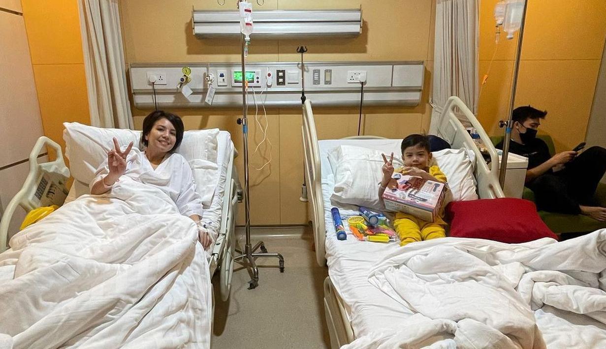 Kabar meneyedihkan datang dari artis cantik Tya Ariestya yang kini tengah terbaring di rumah sakit. Tak sendirian, anak pertamanya, Muhammad Kanaka Ratinggang juga sakit dan mereka di rawat rumah sakit dan berada di satu kamar perawatan yang sama. (Instagram/tya_ariestya)