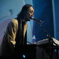 Musikus Yockie Suryo Prayogo saat tampil bermain keyboard. Berita duka kembali mewarnai dunia hiburan Tanah Air. Kali ini, musikus Yockie Suryo Prayogo menghembuskan napas terakhirnya pada Senin (5/2) pagi. (Instagram/yockie_suryo_prayogo)