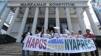 Sebagian dari pemohon pengajuan uji materi Pasal 222 UU No.7 Tahun 2017 tentang Pemilu di depan Gedung Mahkamah Konstitusi, Jakarta, Kamis (21/6). Mereka mengajukan uji materi syarat ambang batas pencalonan presiden. (Liputan6.com/Helmi Fithriansyah)