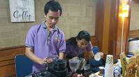 Tamu undangan yang ingin menikmati kopi dapat berkomunikasi dan berinteraksi secara langsung dengan barista Koptul yang merupakan disabilitas tunawicara. (Foto: Liputan6.com/Winda Nelfira)