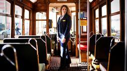 Pengemudi trem, Ana Cristina (44) berpose di dalam sebuah trem di Lisbon, Portugal, Rabu (28/3). Ana telah menjadi pengemudi trem selama 20 tahun. (AFP PHOTO/PATRICIA DE MELO MOREIRA)