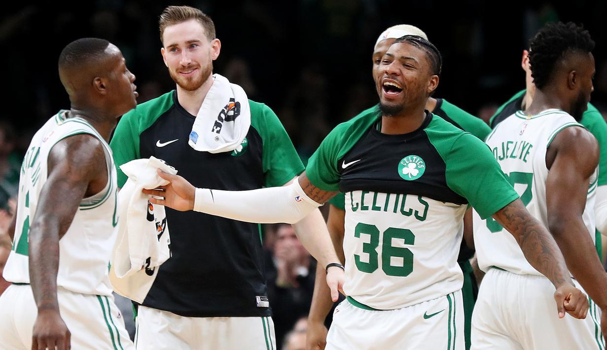 Para pebasket Boston Celtics merayakan kemenangan atas Indiana Pacers pada laga NBA di TD Garden, Boston, Kamis (10/1). Celtics berhasil menang 135-108 atas Pacers. (AP/Maddie Meyer)